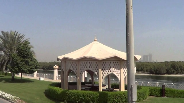 Abu Dhabi – Green Grass and Flowers in the desert
